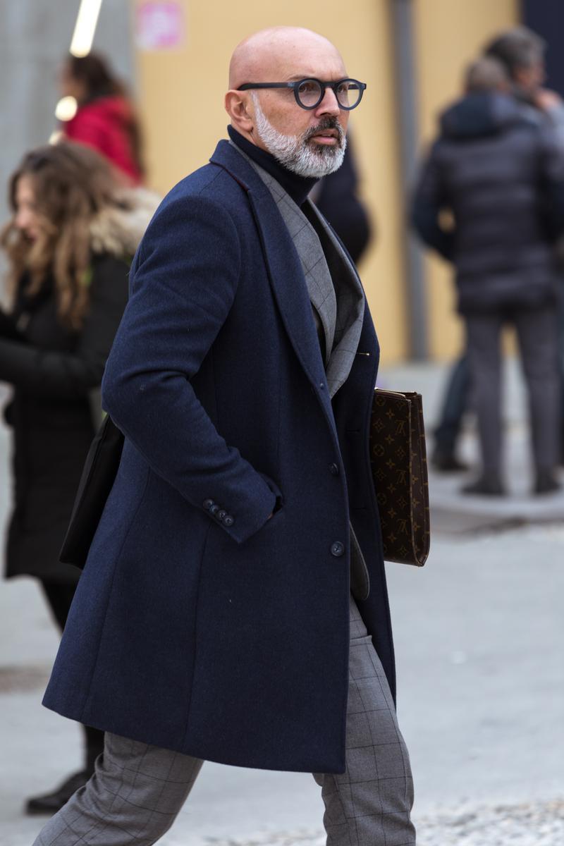c26d709d39a220 完全に頭を剃り上げたヘアスタイルには、ややインパクトある太フレームが似合います。それにしてもコートのカラーに合わせたネイビーフレーム なんて、本当にお洒落。