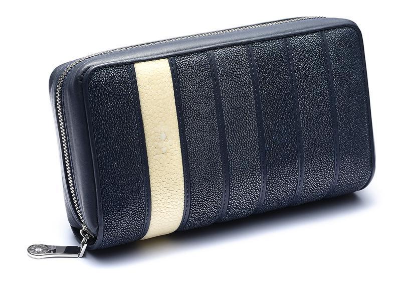 d9abf3e17b1d 希少なガルーシャレザーで展開されるムータの革小物。中でもハーフポリッシュされた厚さ5cm超えのデカ財布は、携えているだけでインパクト抜群!