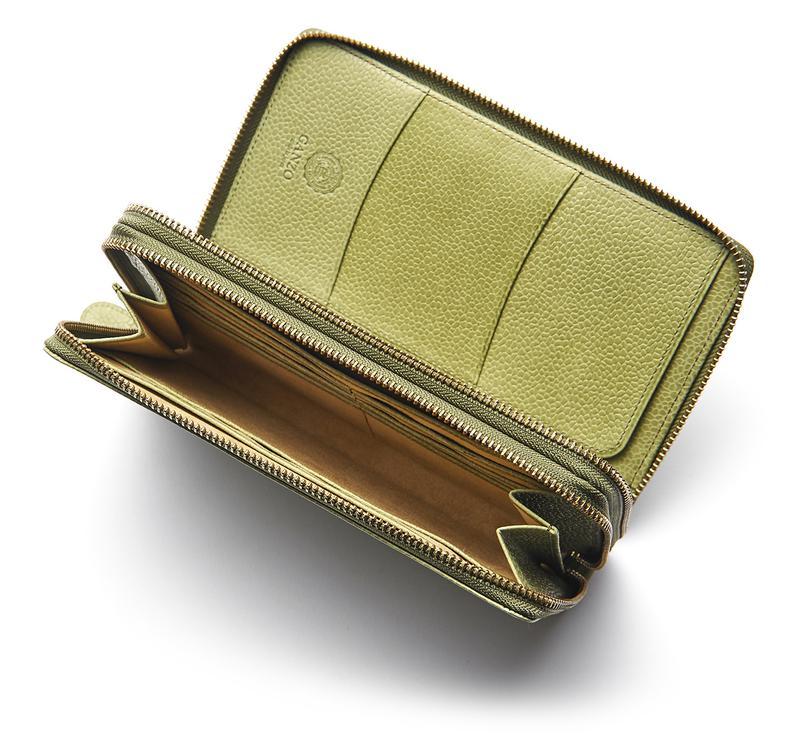 c56f1c6eb0f1 フルオープンする手前のジップにはコインやカード、お札にパスポートなどが整然と収納可能。マチのついた奥側は6枚のカードに加え、厚みのある札束も収まります。2つの  ...